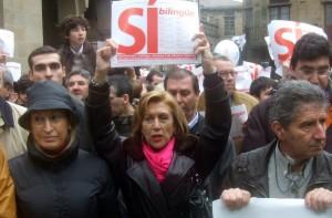 Foto 4. Rosa Díaz, con Ana Pastor e outros dirixentes do PP, na manifesta de Galicia Bilingue en febreiro de 2009.Galicia_Bilingue-Rosa_Díez-Praza_Ana Pastor